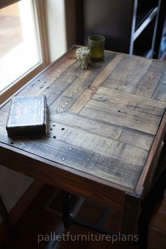 Pallet Desk with Metallic Legs | Pallet Furniture Plans