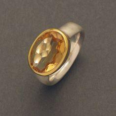 Dieser elegante Silberring trägt in der quer zum Finger angebrachten, goldplattierten Fassung einen facettiert geschliffenen, ovalen Citrin. Das Gold der Fassung lässt den Edelstein in einem sehr warmen Gelb erstrahlen und gibt dem Citrinring ein edles.
