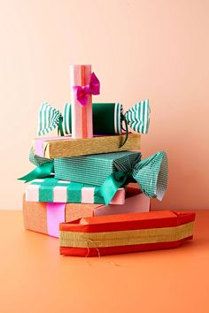 Flexible, forgiving, and affordable: you can wrap anything with crepe paper. Use our gift-wrapping ideas for boxes, bottles, and unusual shapes. Wrapping Ideas, Creative Gift Wrapping, Creative Gifts, Christmas Past, Christmas Crafts, Christmas Ideas, Boxes And Bows, Popular Crafts, Christmas Gift Wrapping