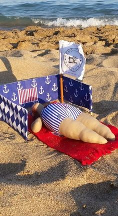 Plażowiczka w paseczki z parawanem z granatowych kotwic i arlekinów / Marine tilda doll on the beach