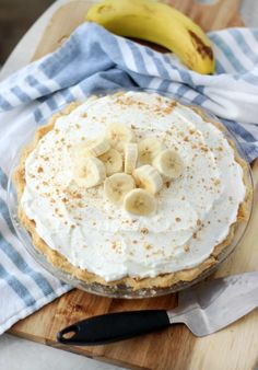 Homemade custard, fresh bananas and homemade whipped cream are layered to create this delicious old fashioned banana cream pie. Try making one, it's easier than you might think! Old Fashioned Banana Cream Pie Recipe, Homemade Banana Cream Pie, Banana Cream Pudding, Banana Pie, Homemade Whipped Cream, Fun Desserts, Delicious Desserts, Dessert Recipes, Pudding Desserts