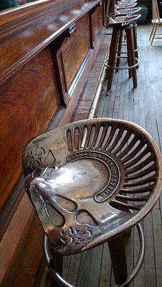 stołek barowy z siedziska od maszyny rolniczej