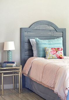 This DIY headboard has an appealing rustic look, with its faux shiplap panels. - Before After DIY Shiplap Headboard, Headboards For Beds, Plywood Headboard Diy, Furniture Plans, Diy Furniture, Country Headboard, Farmhouse Headboards, Headboard Designs, Headboard Ideas