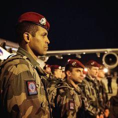 Le samedi 14 novembre 2015 en début de soirée 300 parachutistes du 3e régiment de parachutistes dinfanterie de marine (3e RPIMa) de Carcassonne sont arrivés à Paris par avions militaires en renfort suite aux attentats du 13 novembre. Suivez leur déploiement de leur décollage de laéroport Toulouse Blagnac à leur perception darmement et leurs patrouilles dans Paris et son agglomération.  Outre les missions traditionnelles dévolues aux régiments dinfanterie motorisée le 3e RPIMa est organisé et…