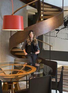 A estilista Camila Bastos, da grife Espaço Fashion, e a escada de madeira e aço corten Foto: Monica Imbuzeiro/ O Globo