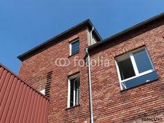 Rotbraune Backsteinfassade einer ehemaligen Textilfabrik in Bielefeld im Teutoburger Wald in Ostwestfalen-Lippe