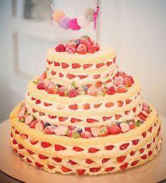 「◌ ❁˚ ひとめぼれの可愛いさ いちごが編み込まれたみたいじゃない? * #ネイキッドケーキ は、 生クリームと一緒にフルーツをたくさん挟むと こーーーんなに可愛くなるみたい * photo by @lala.hiroshima ◌ ❁˚ * #プレ花嫁#結婚式準備#ウェディングケーキ…」
