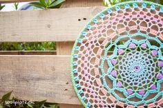 Mandala häkeln - Mit unserer kostenlosen Anleitung häkeln Sie dieses wunderschöne Mandala mit symmetrischen Mustern. Hier geht\'s zum Blog...