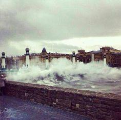 Tarde de olas en Donosti, por supuesto el puente no aguanto