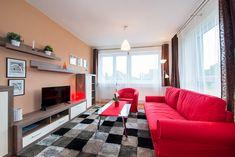 Tento apartmán umožňuje ubytování až pro 7 osob. Zařízení je pojato v moderním stylu. V kryté lodžii si můžete vychutnat snídani při vycházejícím slunci nebo možnost večerního grilování, či posezení za jakéhokoliv počasí. Decor, Furniture, Relax, Home, Couch