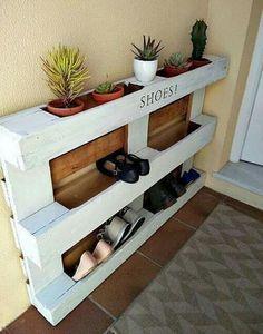 DIY easy pallet shoe rack. Great idea!  http://www.kreativk.net/diy-easy-pallet-shoe-rack/