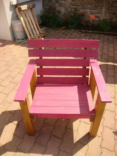 Many models of colored garden armchair made with old pallets ! ++ Idea sent by Drix Ridouardo !