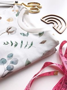 DIY: halsboordjes professioneel afwerken » BERNINA Blog Sewing Hacks, Sewing Projects, Diy Clothes Accessories, Diy Fashion, Baby Kids, Stitch, Fabric, Blog, Tejido