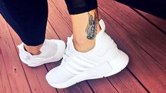 The OG track tattoo. You can never go wrong with Hermes' wings… (or adidas sho… Wing Tattoo – Fashion Tattoos Shoe Tattoos, Body Art Tattoos, New Tattoos, Girl Tattoos, Tattoos For Women, Tatoos, Belly Tattoos, Hermes Tattoo, Unique Tattoos