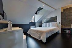 """Avec son sol noir et ses murs blancs, la pièce s'offre une décoration """"black & white chic""""."""