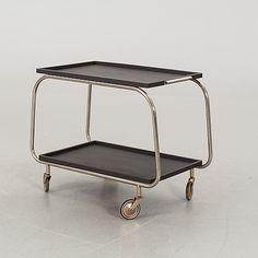 A 1930'S SERVING TROLLEY  Stomme i metall. Löstagbara brickor. Längd 75 cm. Bredd 46 cm. Höjd 63 cm.