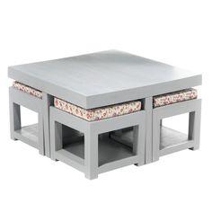 Une table basse astucieuse. Après usage, les 4 tabourets en manguier massif patiné se glissent dessous pour ne pas encombrer l'espace. 120 x 70 x H 35 cm. 269 €. Namaste. Alinéa.