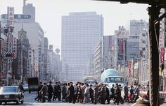 昭和43年当時の新橋駅付近。中央奥に霞が関ビル(東京都) (1968年04月撮影) 【時事通信社】
