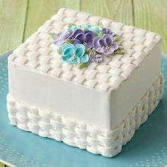 NEW Wilton Method Course Flowers & Cake Design - Cupcakepedia Cake Icing, Buttercream Cake, Eat Cake, Cake Decorating Tutorials, Cookie Decorating, Wilton Cakes, Cupcake Cakes, Basket Weave Cake, Cake Basket