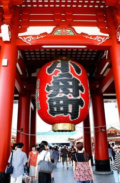 The grand lantern of the Senso-ji temple in Tokyo, Japan - one of the many things to do see in Tokyo