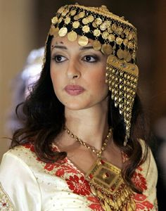 Traditional northern-Iraqi headpiece and necklace. Style: early 20th century.