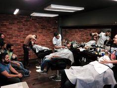 Casa llena!! Don juan barbería les agradece su preferencia. Y a seguirle que el día es joven buen fin de semana para todos.