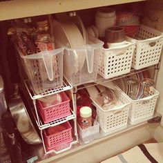 女性で、の一人暮らし/100均/整理収納部/キッチンについてのインテリア実例を紹介。「一人暮らし用の備え付けの棚も無い、食器棚も置けない狭いキッチンなのでシンク下に収納してます。食器が増えてきて収まらなくなったので100均でラックとカゴを買って整理。これで少しは使いやすくなったかな…( ̄ー ̄)」(この写真は 2014-01-03 23:09:27 に共有されました)
