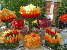 45 coole Party-Essen-Ideen und DIY-Essen-Dekorationen summer party buffet with fruits_cool party food ideas Party Platters, Party Trays, Snacks Für Party, Party Appetizers, Luau Party, Fruits Decoration, Food Decorations, Brunch, Fruit Displays