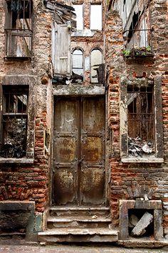 Sunday Morning in Kumkapı Old Door Istanbul Old Buildings, Abandoned Buildings, Abandoned Places, Old Doors, Windows And Doors, Photo Post Mortem, Grand Bazaar, Unique Doors, Door Knockers
