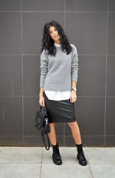 styling tip que deixa todo look cool Street style look camisa branca, saia lapis couro, coturno e suéter cinza.Street style look camisa branca, saia lapis couro, coturno e suéter cinza. Oversize Pullover, Oversized Grey Sweater, Grey Sweater Outfit, Sweater Outfits, Leather Shorts Outfit, Sweater Dresses, Sweater Skirt, Jumper, Fashion Moda