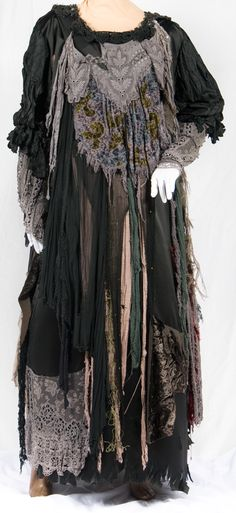 fantastic witch costume- or for an awesome nosferatu Costume Renaissance, Medieval Costume, Witch Costumes, Halloween Costumes, Witch Costume Adult, Halloween Party, Halloween Dress, Halloween Stuff, Halloween Makeup