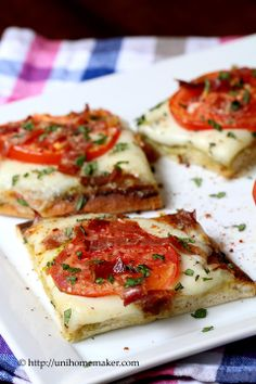 Tomato and Pesto Flatbread Pizza. The homemade pesto was wonderful. One of my slightly higher calorie meals but worth it. Flatbread Pizza, Pesto Pizza, Flatbread Recipes, Pizza Food, Game Night Food, Cooking Recipes, Healthy Recipes, Drink Recipes, Le Diner
