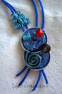 """Colgante """"Mariquita y mariposa"""" en azul"""