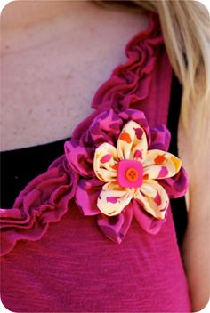 Five little Crafty Birdies: Fabric Flower Corsage and Card for Mother's Day! Making Fabric Flowers, Felt Flowers, Flower Making, Diy Flowers, Pretty Flowers, Paper Flowers, Cute Diy Projects, Cute Crafts, Craft Projects