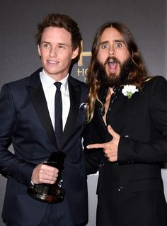 :'D I'm crying. Lol. This is so funny because Eddie doesn't even realize it. Eddie Redmayne and Jared Leto at the Hollywood Film Awards.