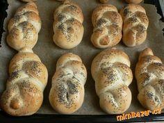 V pekárně se těsto pouze připravuje, houstičky se pečou v troubě. Ingredience v uvedeném pořadí dáme...