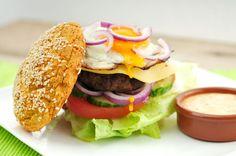 Een broodje hamburger kan hartstikke voedzaam zijn! Wij doken onze keuken in en maakten een voedzame hamburger die bijna geen koolhydraten bevat, maar wel veel pure en lekkere producten zoals tomaat, komkommer, sla, gehakt, ei en een hamburgerbroodje van sojameel.
