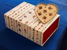 Valentine Gift Medium Heart Plate Old Rose Valentine Gifts, Valentines Day, Irish Pottery, Old Rose, Pottery Making, Decorative Boxes, Plates, Medium, Heart