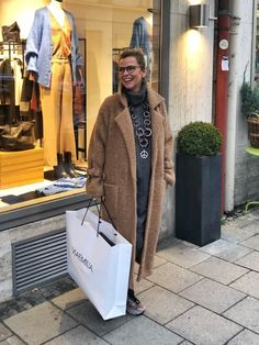 Oversized coat - how do I wear the it-piece of winter? - How do I wear the winter it-piece if I don't have model measurements? Oversized Mantel, Oversized Coat, Flirt, Jackets For Women, Clothes For Women, Plus Size Fashion For Women, Mode Outfits, Smart Casual, Michael Kors Jet Set