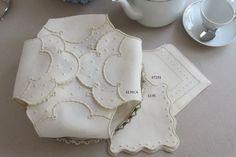 Panos do pão em linho bordados com garanitos, caseado, viúvas, e ponto escada.