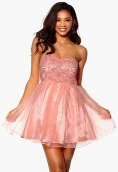 0f35916232b1 Söt klänning med härlig tyllkjol från Model Behaviour. Klänningen har  mönstrat liv med vadderade kupor