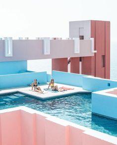 La Muralla Roja goes swimming Rooftop Design, Rooftop Decor, Best Rooftop Bars, Rooftop Pool, Rooftop Lounge, Villa, Building Art, Trendy Home, Looks Cool