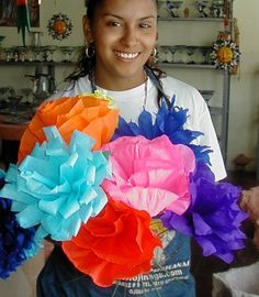 Easy to make Mexican Paper flowers - great for any celebration from Dia de los muertos to Cinco de mayo! Mexican Paper Flowers, Day Of The Dead Party, Fiestas Party, Mexican Party, Cuban Party, Seasonal Flowers, Party Planning, Party Time, Halloween Party