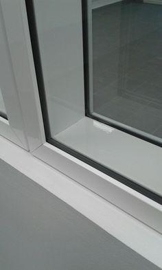 Detalle mampara serie IT-85 Modelo Napolés. Perfilería de aluminio lacado color blanco y vidrio laminado de seguridad 3+3 por cada cara.