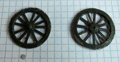 .. en bristol Matériel : bristol compas (un cutter circulaire est bien pratique) papier kraft ou tiges plastiques (ici récupération...