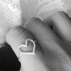 Anillo de plata con forma de corazón.