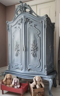 Annie Sloan Stockist Mariedals Ianthandel in Onsala, Sweden, mixed Chalk Paint® by Annie Sloan in Greek Blue and French Linen to create a gorgeous blue grey. Cream was then dry brushed on the details to really make them stand out. The wardrobe was then finished with Clear Chalk Paint® Wax.