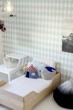 Une chambre au mur graphique avec le papier peint Harlequin de Ferm Living. http://www.goodobject.me/papier-peint-ferm-living/487-papier-peint-harlequin-mint-5704723005162.html