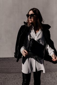 Die Modetrends für 2021 sagen uns bequeme Zeiten voraus und wir haben die Qual der Wahl. Sneaker für den Frühling gibt es viele – am Modeblog stelle ich dir die schönsten und ein Frühlingsoutfit vor. www.whoismocca.com Casual Chic Outfits, Elegant, Fashion Bloggers, Outfit Of The Day, Ootd, Beauty, Interior, Posh Clothing, Outfit Ideas