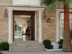 Saint John Hotel, www.saintjohnhotel.upps.org, Das Hotel St.John ist ein traditionelles, historisches Boutique-Hotel im Zentrum von Selçuk. Wenige Minuten zu Fuß sind lokale Sehenswürdigkeiten wie das Ephesus-Museum, die Basilika St.John, das Selçuk-Schloss und die İsa-Bey-Moschee entfernt. Der Tempel der Artemis ist ein Kilometer, Ephesus ist drei Kilometer, das Haus der Jungfrau Maria sechs Kilometer entfernt.